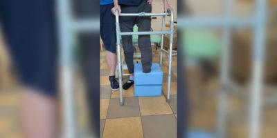 Pensionärin nach Unterschenkelamputation